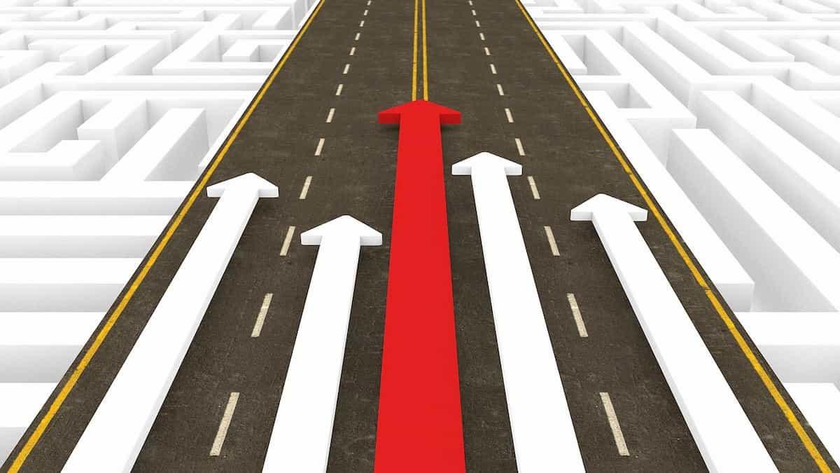 道を突き進む矢印