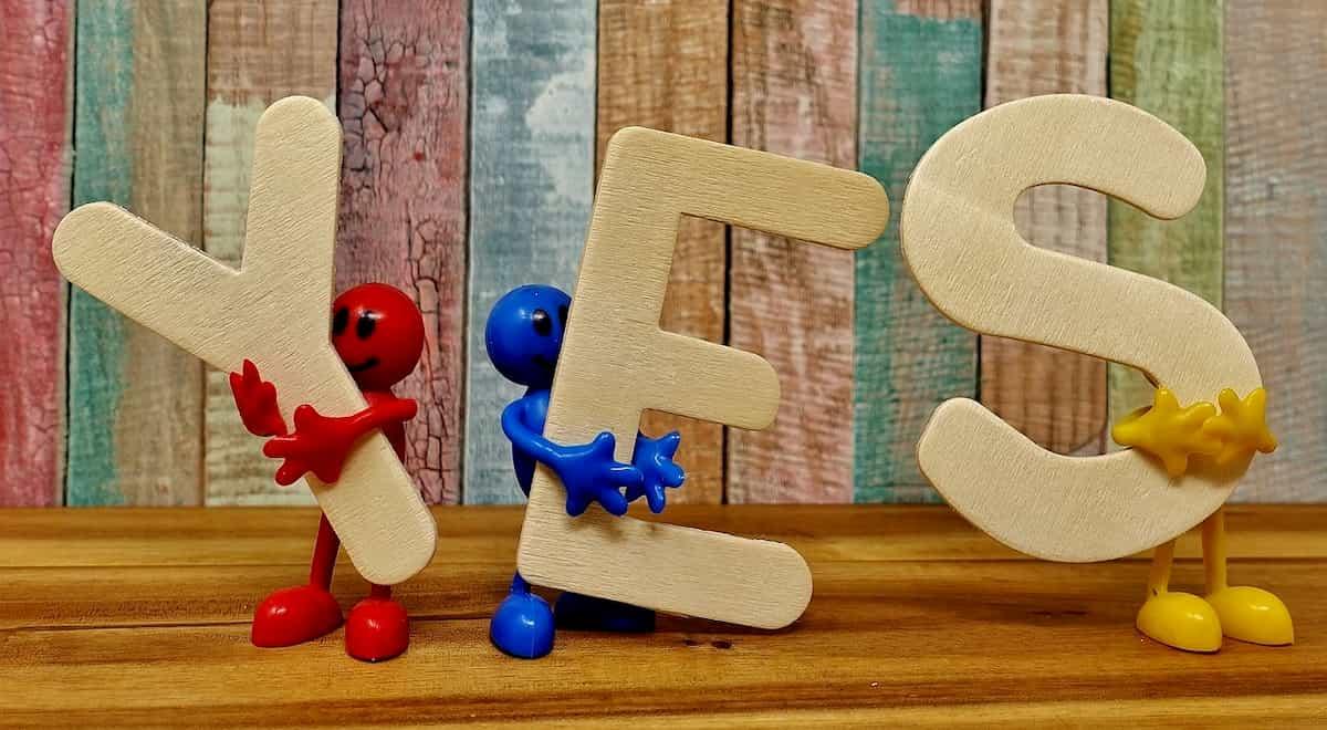 YESの文字を持つ人形